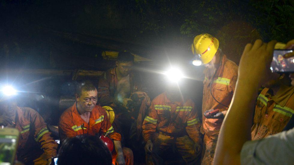 Kol får ett allt sämre rykte. Det är en smutsig energiform, och även farlig vid brytningen. Här pratar kolgruvearbetare i Kina efter en olycka i våras.