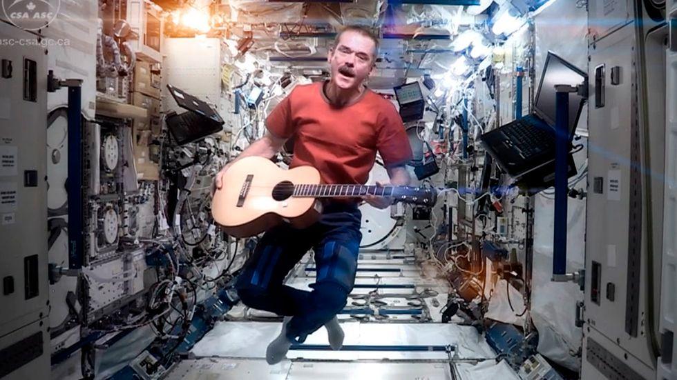 "Chris Hadfield sjunger David Bowies ""Space oddity"" på rymdstationen ISS i maj 2013."