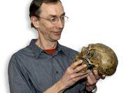 Svante Pääbo med en neandertalskalle.