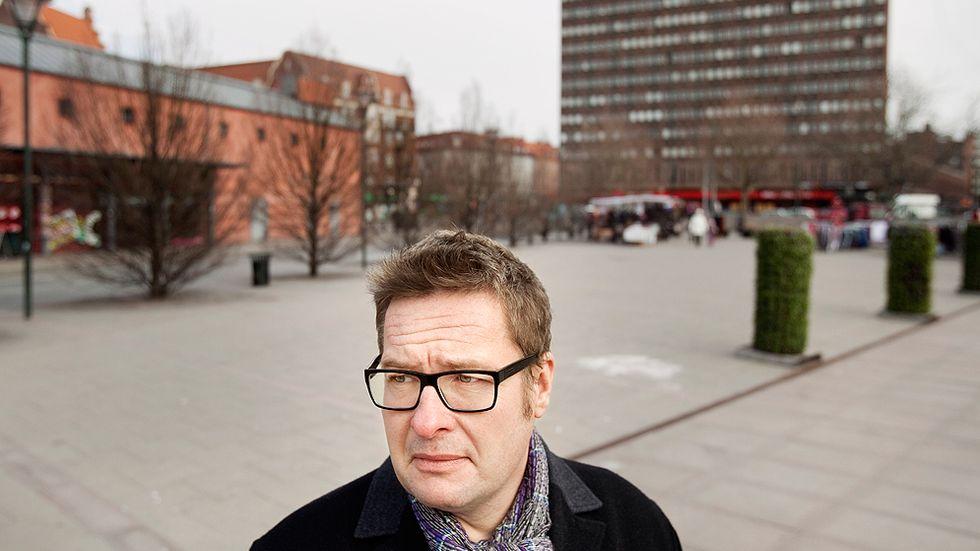 """Författaren Kristian Lundberg är aktuell med """"En hemstad"""", en bok som har fått undertiteln """"Berättelsen om att färdas genom klassmörkret""""."""