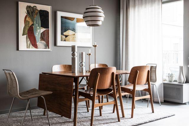 Köket är radhusets mittpunkt. Både bordet och  stolarna i teak är designade av Børge Mogensen. Marmorskulpturerna kommer från Lee Broom och ljusstakarna från Asplund. Lampan Bee-hive är ritad av Aalvar Alto för Artek.