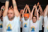 Omkring tusen personer deltog vid firandet av den Internationella yogadagen.