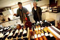 Johan Rudling och Marianne Folke i sitt vineri. Sex olika sorters viner står på jäsning efter årets nyligen avslutade skörd.