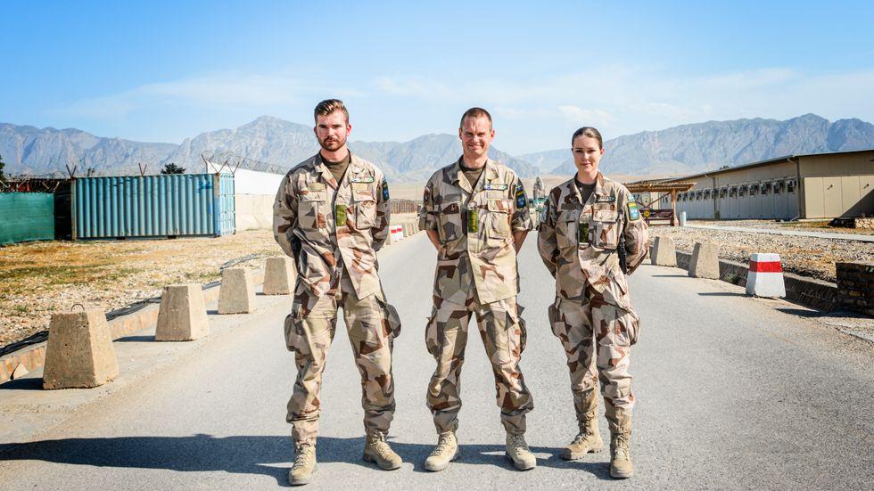 Överste Ola Hansson flankeras av två svenska soldater från Ing 2 i Eksjö på basen Camp Marmal i norra Afghanistan.