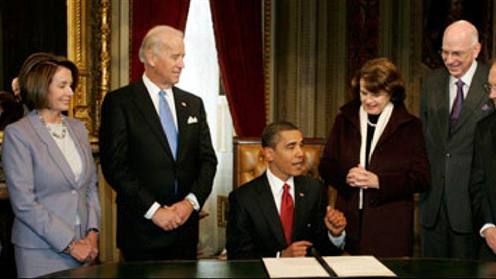 Applåder efter att president Barack Obama utfärdat ämbetesperiodens första dokument, strax efter intstallationscermonierna igår.