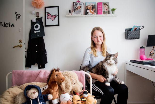 Alicia hemma i sitt rum. Hon har många youtubers som idol, men vill inte satsa på Youtube själv eftersom hon tycker det är för mycket drama.