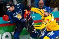 Sverige, här med Patrik Berglund, till höger, slutade sist i Karjalaturneringen efter förlust mot Finland.