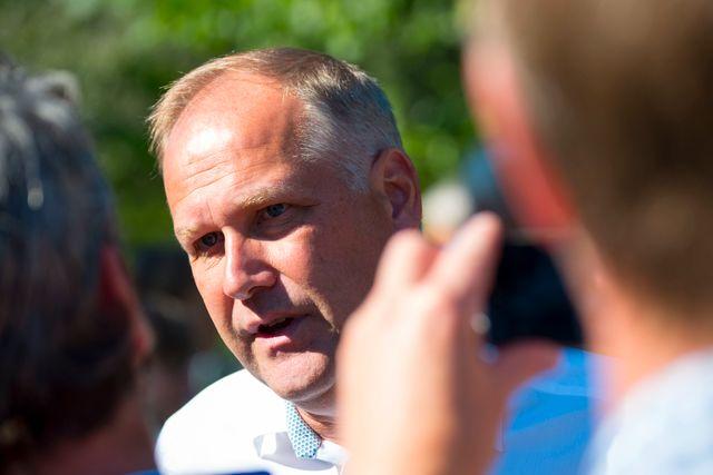 Vänsterpartiets Jonas Sjöstedt tycker att Sverige bör kräva att Ungern stängs av i enlighet med EU-fördragets artikel 7.