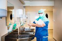 I full fart med att tvätta händerna efter en operation. Eva Uustal räknas som en pionjär när det gäller arbetet med förlossningsskador i Sverige.