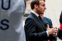 Frankrikes president Emmanuel Macron besöker ett sjukhus.