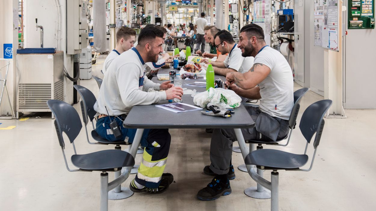 """""""Tisdagskväll i Södertälje"""". Kvällsskift på Scanias fabrik i Södertälje."""