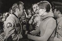 """Apollo-astronauten Jim Lovell hälsar på David Bowie under inspelningen av filmen """"The man who fell to Earth""""."""