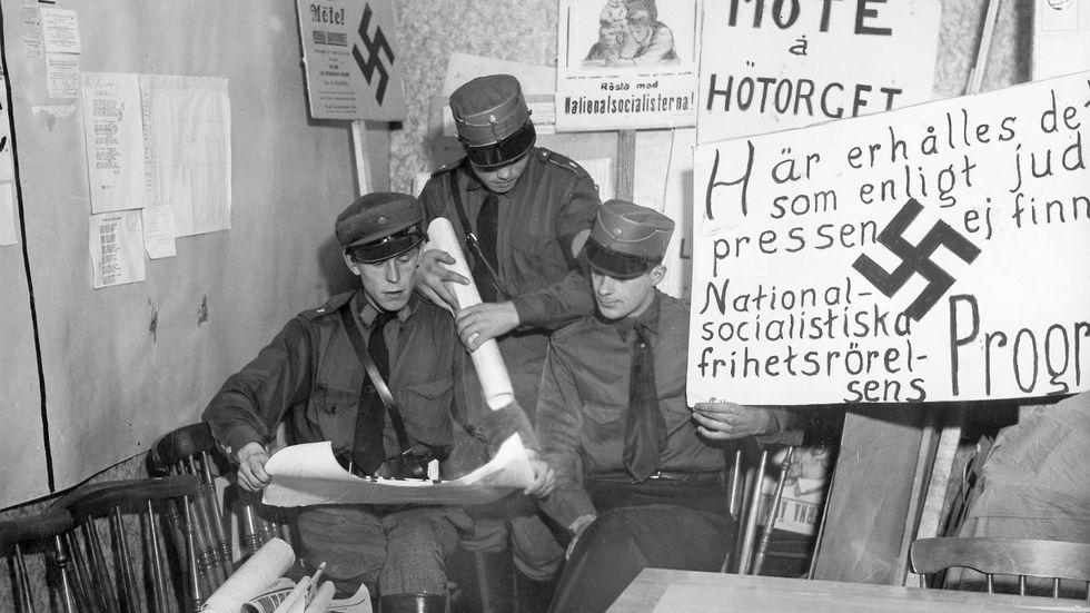 Svenska nazister i Stockholm arbetar med plakat och affischer inför riksdagsvalet 1932. I valet fick nazisterna 15170 röster.