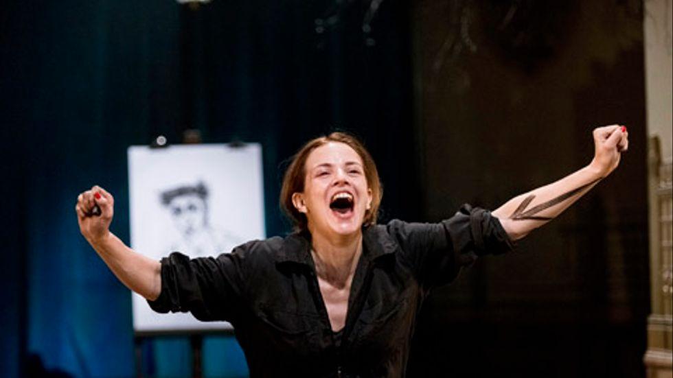 """Amanda Ooms i """"Tåla mod"""" som bygger på hennes egen bok med samma namn från 2006."""