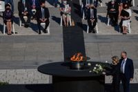 EU-kommissionens ordförande Ursula von der Leyen lägger ned en vit ros under sorgeceremonin i Madrid.