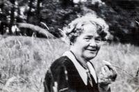 En bild på fotografen Mimmi Gustafsson fanns i en SvD-läsares släktalbum – bilden är tagen i gröngräset på Djurgården på 1930-talet.