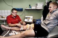 Patrik Nilsson har fått läkande elbehandling av Åke Snellström. Men knät håller inte för både VM- och elitseriespel, resonerar Hammarbys bandystjärna.