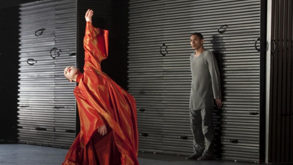 """Anthony Lomuljo som Romeo i Mats Eks """"Julia och Romeo"""", här med Daria Ivanova som modern."""