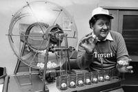 Lars-Gunnar Björklund på Tipstjänst presenterar nya spelet Lotto, 1980.