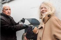 Kurdo Baksi och Grethe Rottböll vid den kinesiska ambassadens brevlåda.