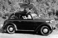Året var 1955. Sveriges tillväxt var hög och två år efter att bilden togs, 1957, slog Peter Heljestens pappa till på en sprillans ny röd Opel Rekord 1957.