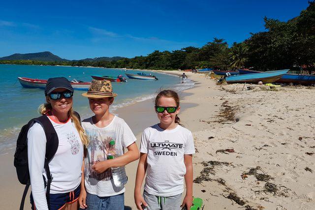 Mamma Cecilia, Hilmer och Hampus. Under sin resa har familjen besökt många paradisstränder.
