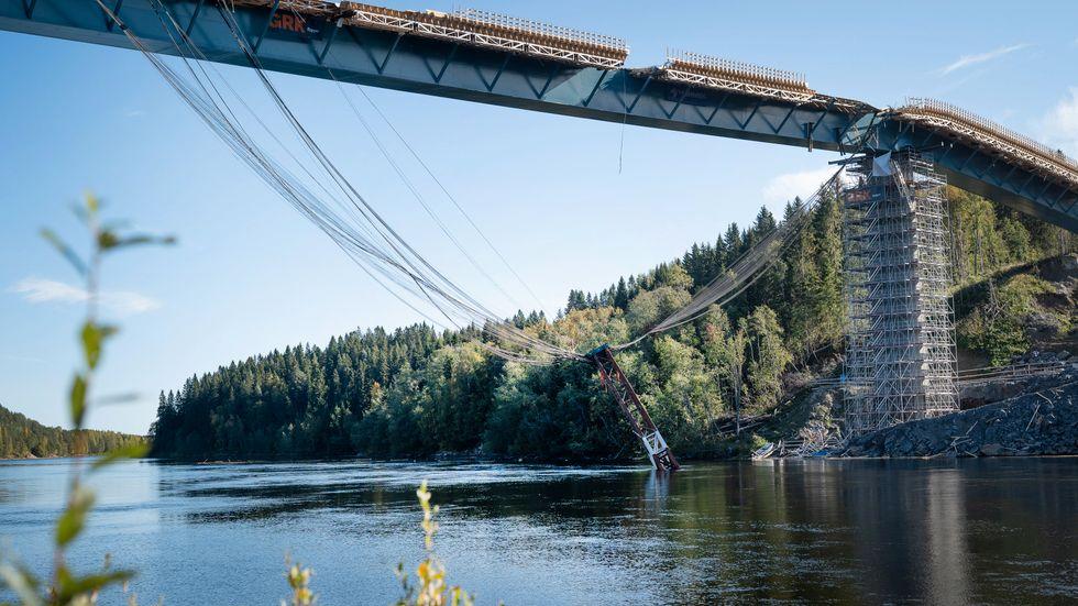 En stålbalk rasade ned från bron vid haveriet.