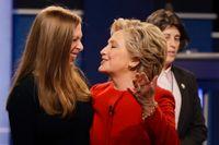 Mor och dotter Hillary och Chelsea Clinton ger tillsammans ut en bok om inspirerande kvinnor. Arkivbild.