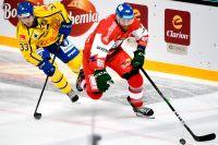 På efterkälken. Sveriges Michael Lindqvist försöker jaga ikapp tjeckiske lagkamraten från Färjestad, Vojtech Mozik.