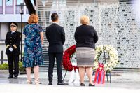 I dag, på sjuårsdagen av Anders Behring Breiviks terrordåd, avtäcktes ett minnesmonument vid Høyblokka i Oslo. Statsminister Erna Solberg, till höger, lade ned en krans till minne av de 77 personer som miste livet.