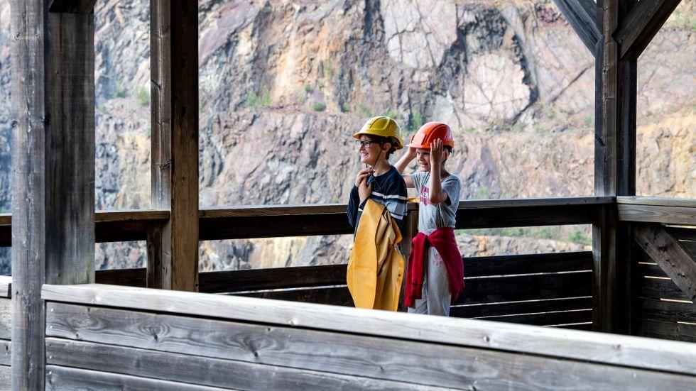 Leon och Ville besöker den 1000 år gamla Falu gruva. Här har man brutit malm både över och under jord. En gruva ovan jord kallas dagbrott.