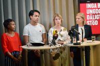 Nasra Ali, ordförande för S-studenter, Philip Botström, ordförande för SSU, socialminister Annika Strandhäll (S) och finansminister Magdalena Andersson (S) vid Socialdemokraternas presskonferens om psykisk ohälsa.