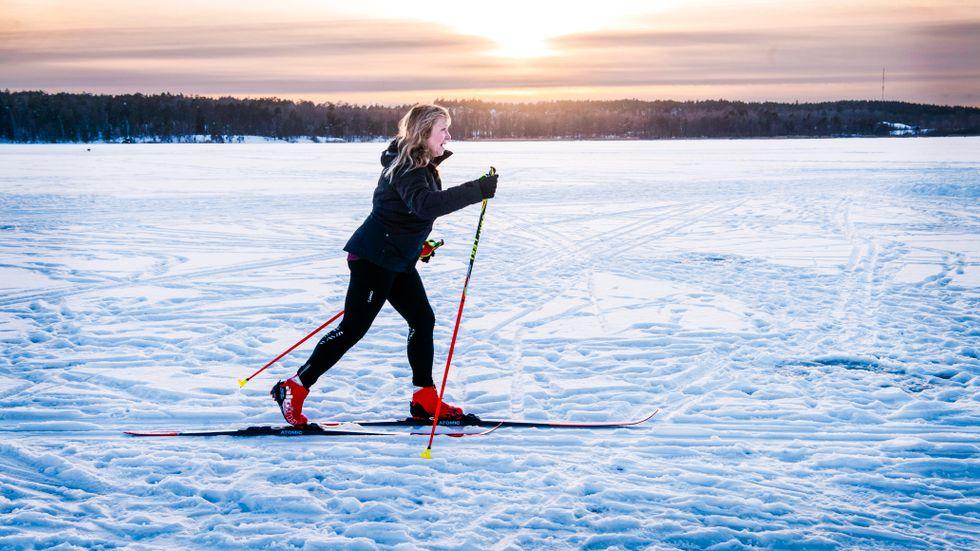 Konsult- och revisionsföretaget EY bantar kontorsytan. Elyse Näslund deltar i jobbmöten och åker skidor samtidigt.