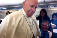 Påve Franciskus håller presskonferens på planet på väg från Malmö.