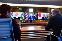 Australiens premiärminister Scott Morrison, till höger och utrikesminister Marise Payne deltar i fredagens digitala toppmöte Indiens Narendra Modi, skärmen längst till vänster, och USA:s president Joe Biden och Japans premiärminister Yoshihide Suga, skärmen längst till höger.