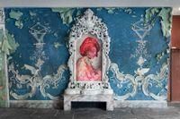 "Firelei Báez, ""For Marie-Louise Coidavid, exiled, keeper of order, Anacaona"", 2018, olja på duk. Installationsvy på Akademie der Künste."