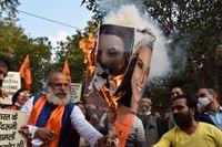 Anhängare av det indiska regeringspartiet BJP bränner bilder av Greta Thunberg och Meena Harris, systerdotter till USA:s vicepresident Kamala Harris. De reagerar mot att de två uttalat sig till stöd för indiska lantbrukare, emot den indiska regeringen. Bilden togs den 4 februari.