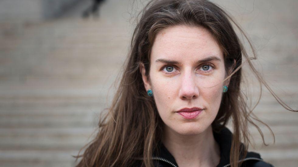 Leslie Jamison vid trapporna till Columbia universitys bibliotek, hon undervisar i litteratur vid Columbia university i New York.