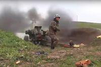 En armenisk soldat avfyrar artillerield vid kontaktlinjen i Nagorno-Karabach, på en bild som skickats ut av Armeniens försvarsdepartement.