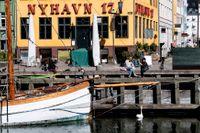 Stängda restauranger och barer i ett öde Nyhavn i Köpenhamn. Danmark har börjat öppna upp stegvis efter nedstängningen i början av coronapandemin. Arkivbild.