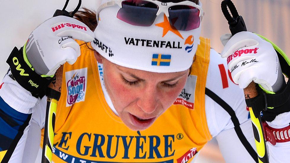 Efter kollapsen i världscuppremiären i Ruka (bilden) kommer Charlotte Kalla inte att tävla i Lillehammer kommande helg. Den medicinska undersökningen visar att hjärtflimmer låg bakom genomklappningen.