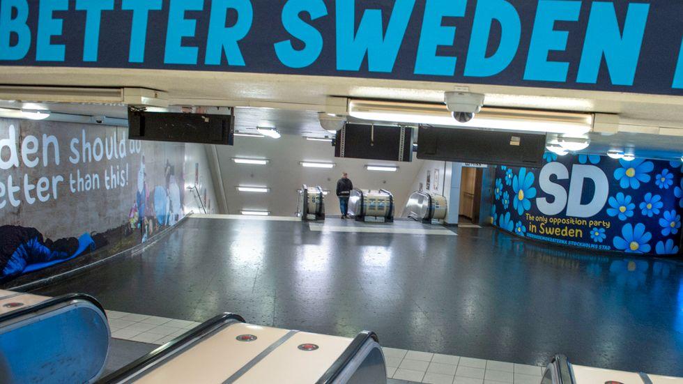 SD:s reklam på Östermalmstorgs tunnelbanestation.