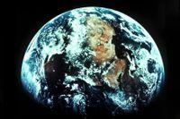 Jorden - sedd från satellit 1998. Nu, när jorden passerat läget då solen står i zenit över ekvatorn, blir natten längre än dagen. Arkivbild.