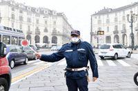 Avgaser är ett dödligt problem i många städer. Här försöker en trafikpolis skydda sig med ansiktsmask i Turin, Italien, i oktober förra året.