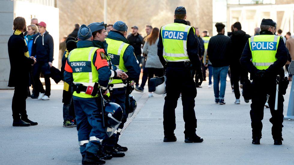Polis och ordningsvakter vid Friends Arena i Stockholm. Arkivbild.