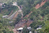 Räddningspersonal letar efter överlevande som tros ha begravts i ett jordskred i staden Itogon i Filippinerna.
