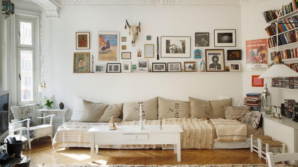 KLICKA PÅ BILDEN FÖR BILDSPEL. Över soffan i vardagsrummet hänger Lenas stora samling av udda loppisfynd.