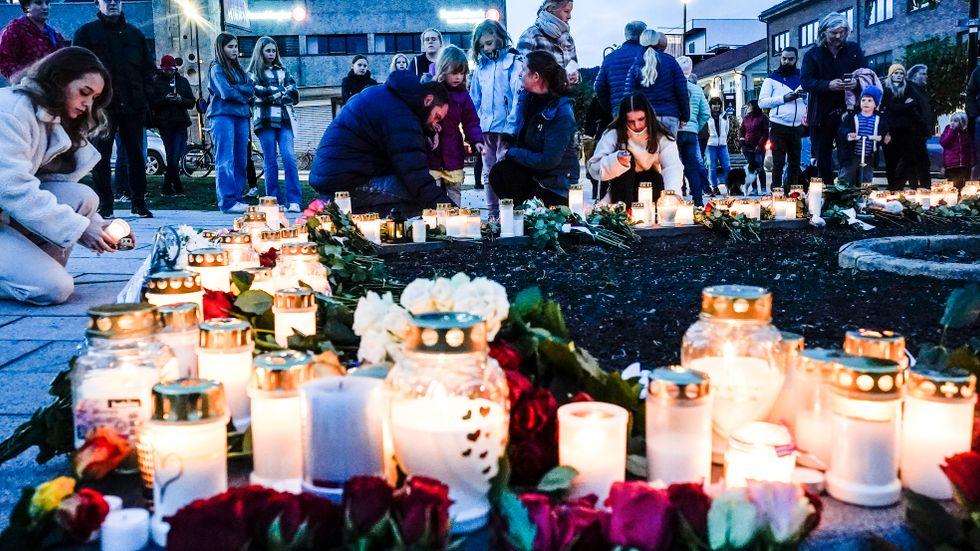 Blommor och tända ljus för offren i Kongsberg.