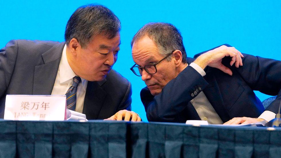 Peter Ben Embarek från Världshälsoorganisationen WHO (till höger) tillsammans med den kinesiske experten Liang Wannian på en presskonferens som avslutade WHO:s besök i Kina.