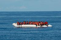 På bilden syns en gummibåt fullpackad med migranter som gått ombord i ett försök att ta sig till EU. Bilden är tagen utanför Libyens kust i oktober 2019. Personerna räddades senare av frivilligorganisationen Sea-Eye.